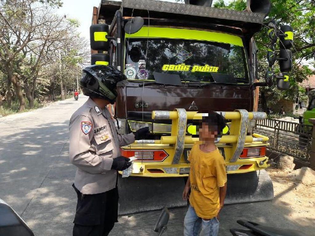 Priitt! Belum Cukup Umur, Bocah Sopir Truk di Bogor Ditilang Polisi