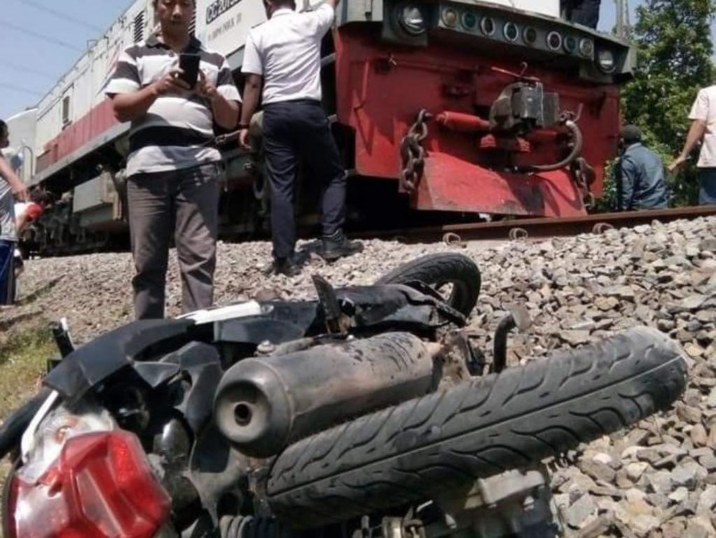 Tak Hati-hati, Biker Perempuan Tewas Tersambar Kereta Api di Pasuruan