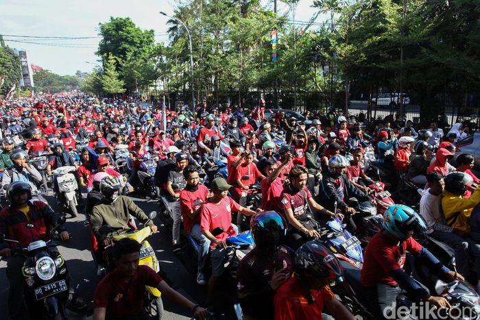 Ribuan suporter PSM Makassar turun ke jalan untuk ikut serta meramaikan pawai kemenangan klub kebanggaan mereka usai berhasil meraih juara Piala Indonesia 2019, Rabu (7/8/2019).