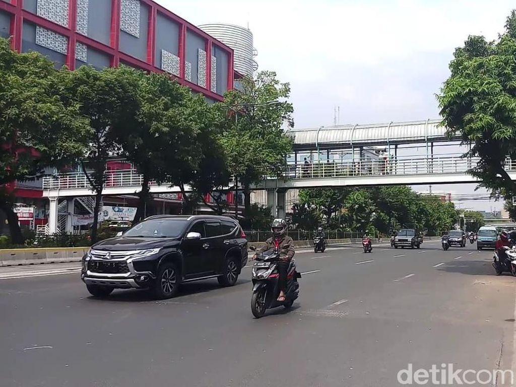 Sopir Taksi Online di Salemba Protes Perluasan Ganjil Genap