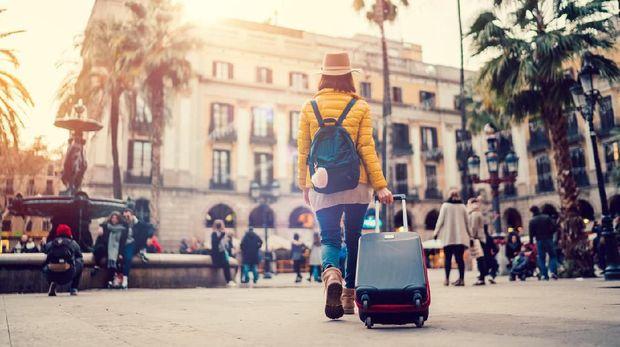 Ilustrasi Turis wanita bawa koper