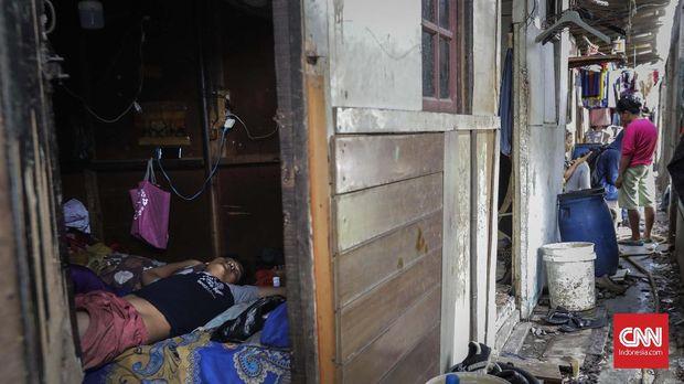 Pemukiman padat penduduk di sekitar perlintasan kereta api kawasan Papanggo. Jakarta, Selasa, 29 Januari 2019. CNNIndonesia/Adhi Widaksono.