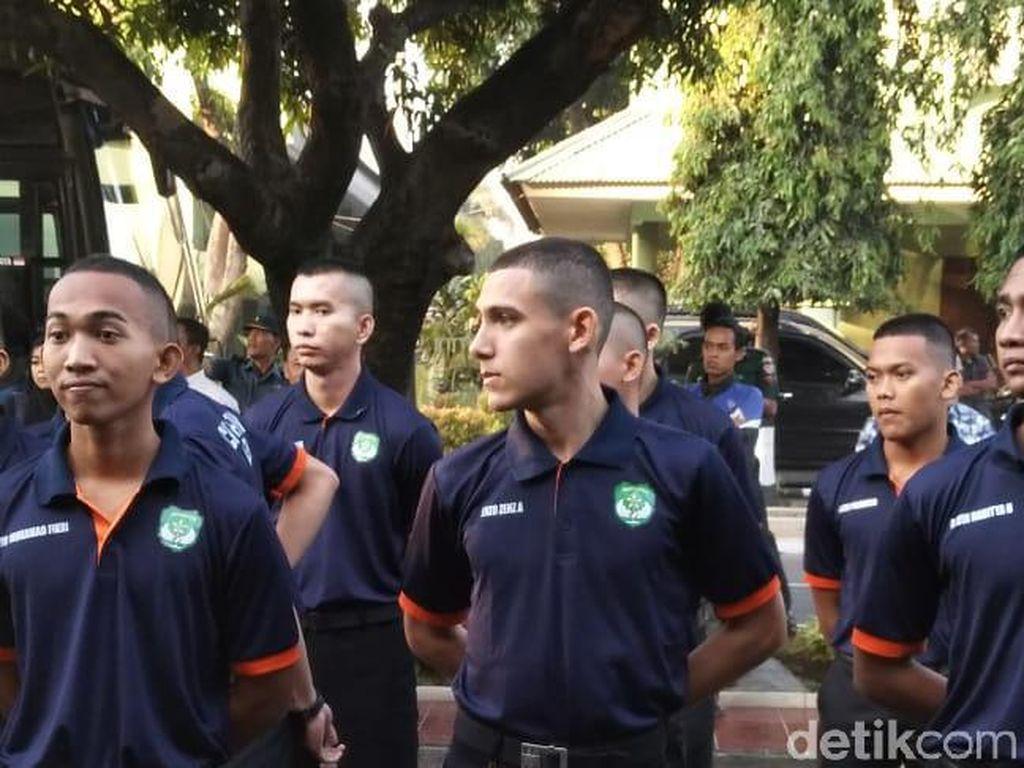 TNI Pertahankan Enzo di Akmil, Santri Pesantren Al Bayan Sujud Syukur