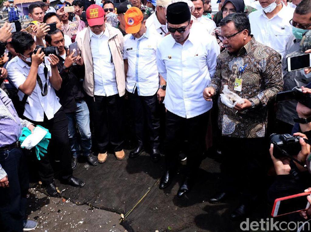 Ridwan Kamil Tinjau Lokasi Tumpahan Minyak Pertamina di Karawang