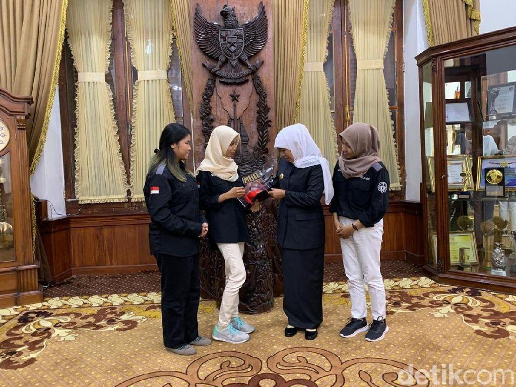 Apresiasi Gubernur Khofifah untuk 3 Mahasiswa ITS Pemenang Kompetisi Robot