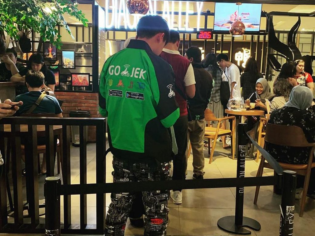 Kata Cowok yang Viral karena Pakai Jaket Ojol dan Sneakers Jutaan Rupiah