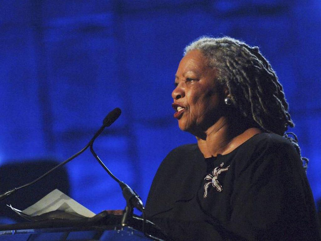 Oprah Winfrey Beri Penghormatan Peraih Nobel Sastra Toni Morrison