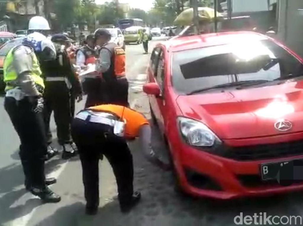 Petugas Gembok Kendaraan yang Parkir Sembarangan di Sukabumi