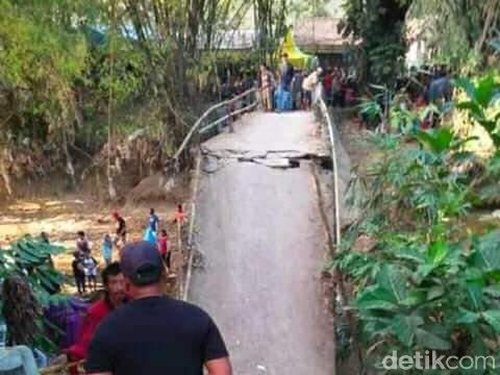Jembatan di Tuban Ambrol Saat Dipakai Selfie Warga Bareng Penyanyi Dangdut