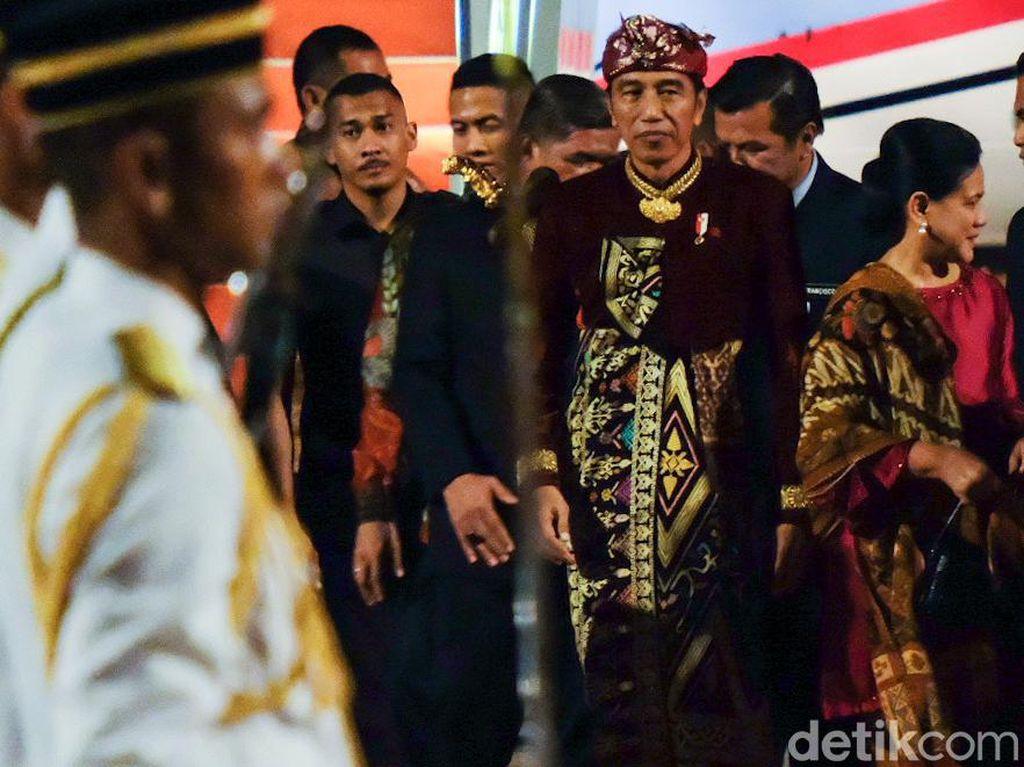 Jokowi Tiba di Malaysia, Tetap Berbaju Adat Bali
