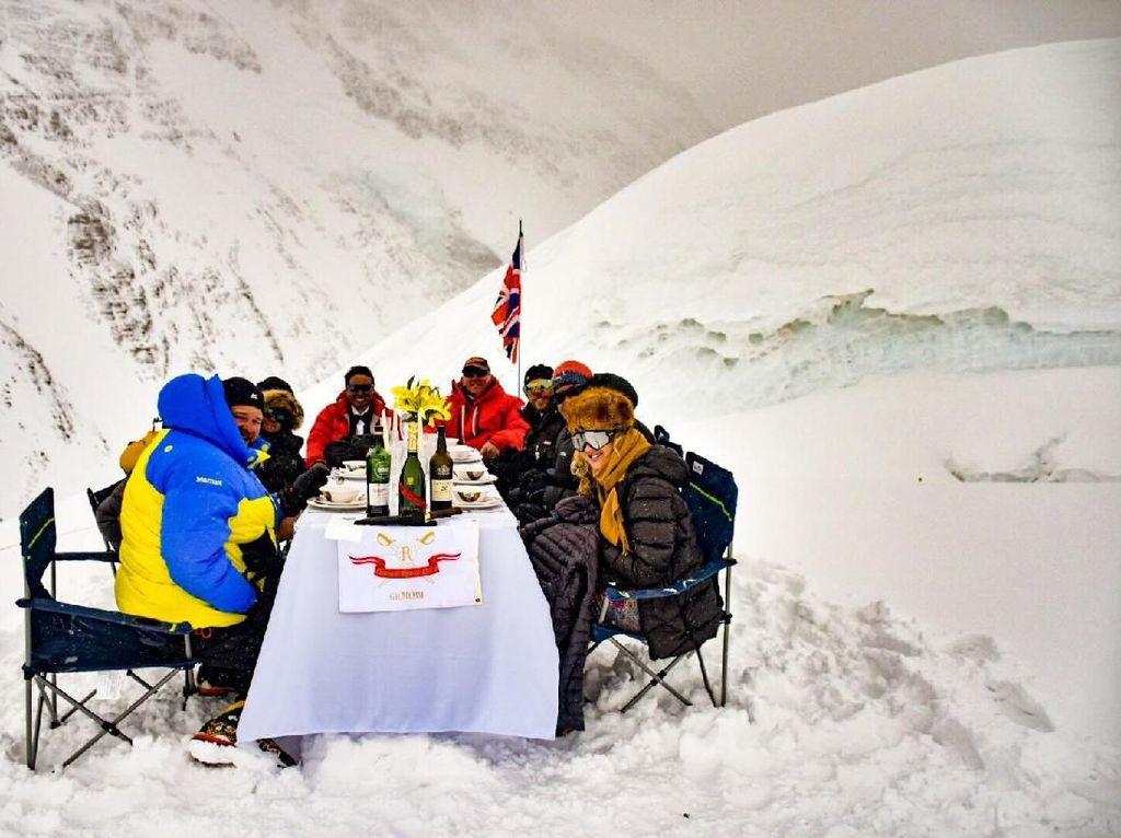 Serunya Makan dengan Pemandangan Gunung Everest yang Tertinggi Di Dunia