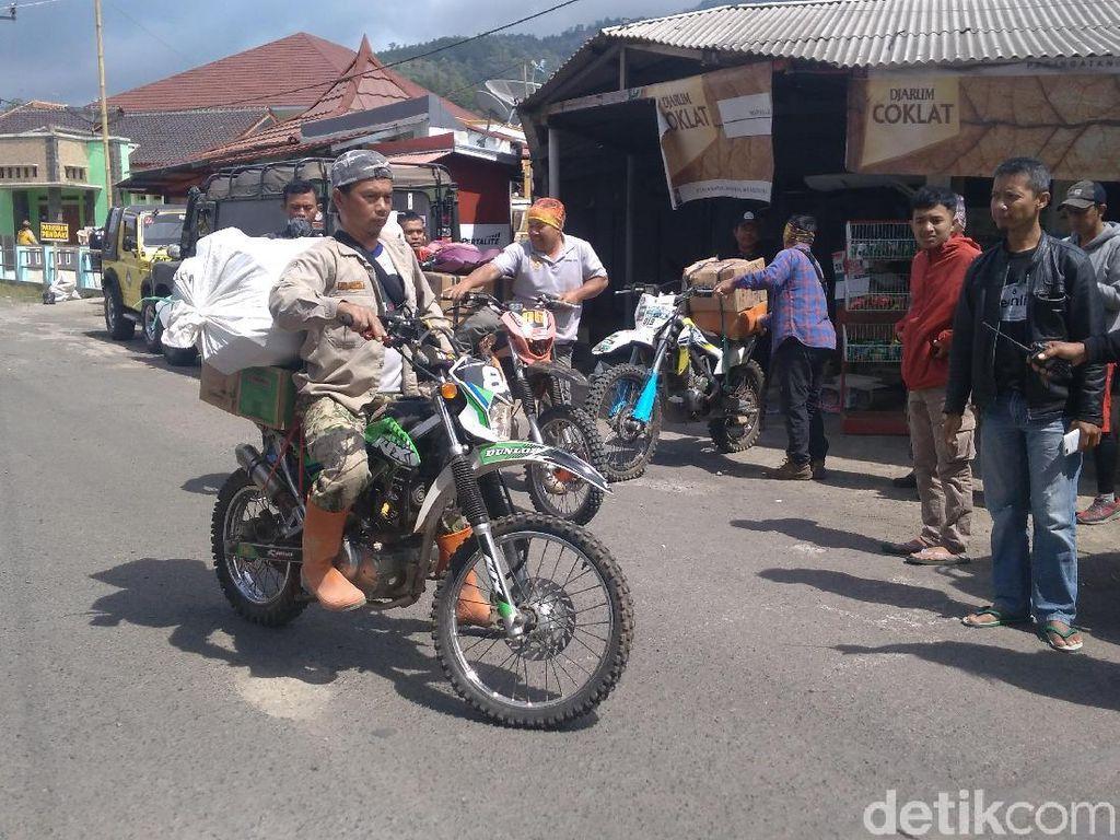 Petugas Antar Logistik ke Lokasi Kebakaran Gunung Ciremai Pakai Trail