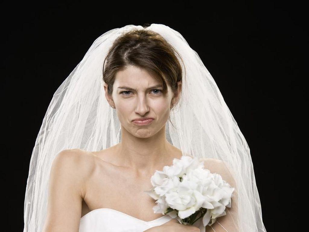 Viral Foto Wanita Berbaju Melorot Saat Nikah, Netizen Iba dengan Si Pengantin