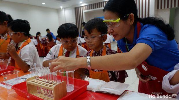 Anak sedang eksperimen di laboratorium/