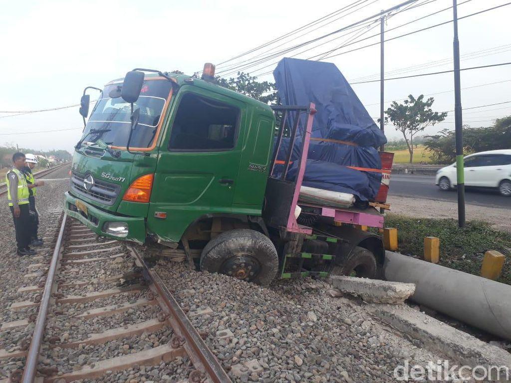 Truk Muat Drum Nangkring di Rel KA Usai Tabrak Marka Jalan