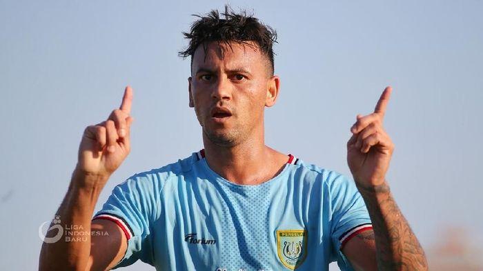 Alex Dos Santos Goncalves belum tentu dimainkan saat Persela menghadapi PSS Sleman. (ANTARA FOTO/Syaiful Arif)
