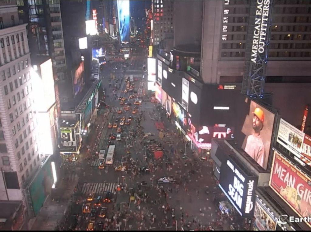 Video Kepanikan Massa di Times Square Gegara Letupan Knalpot Motor