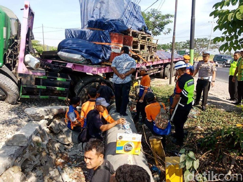 Truk yang Nangkring di Rel KA Dievakuasi Menggunakan Crane