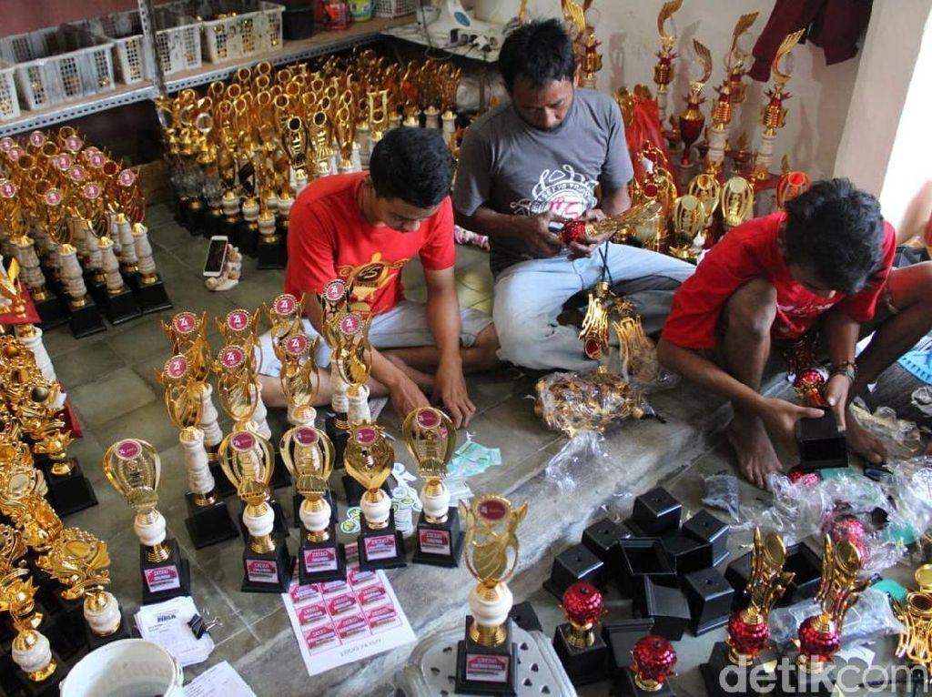 Kebanjiran Order Jelang HUT RI, Omzet Perajin Piala Tembus Rp 1 Miliar