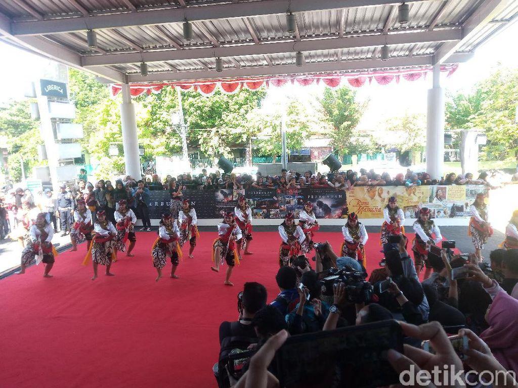 Gala Premier Bumi Manusia dan Perburuan Dipadati Warga Surabaya