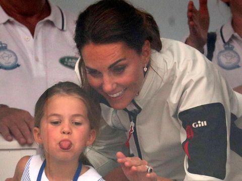 Charlotte bersama Kate Middleton