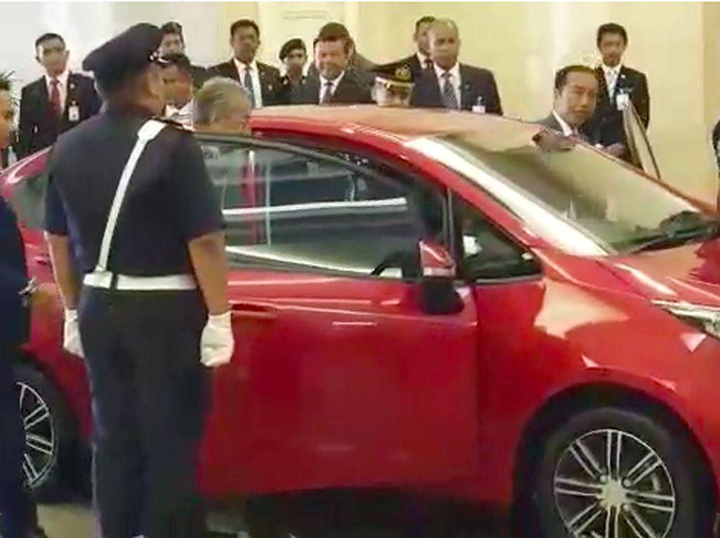 Jokowi Naik Mobnas Malaysia, Disopiri Mahathir Mohamad