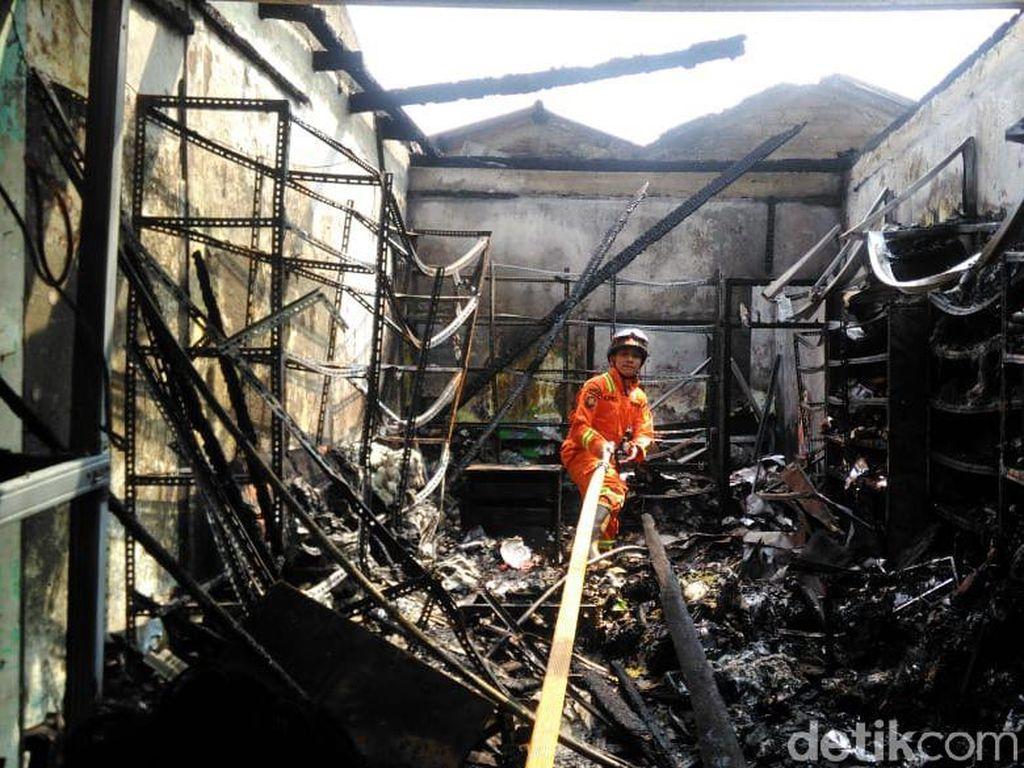 Asap Muncul, Petugas Datangi Lagi Ruko Terbakar di Jaktim yang Tewaskan 3 Warga