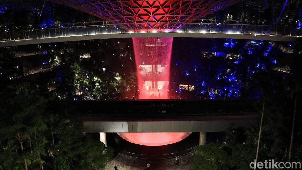 Potret Air Terjun Jewel Changi di Malam Hari