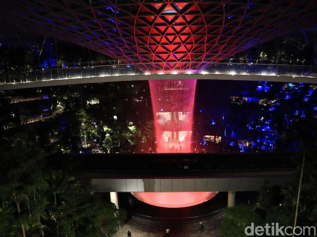 Potret Air Terjun Jewel Changi di Malam Hari