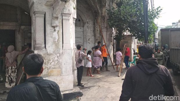 Satpol PP Kosongkan Bangunan Tua di Medan yang 'Dijajah' Tunawisma