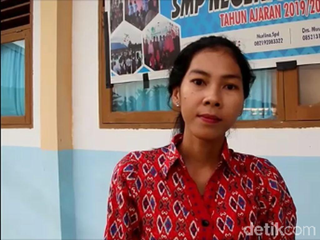 Cerita Bu Guru Setrong di Sulbar yang Taklukkan Piton di Sekolahnya