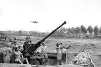 Tentara Sekutu AS, bersama tentara dari Australia di Papua (Australian War Memorial)
