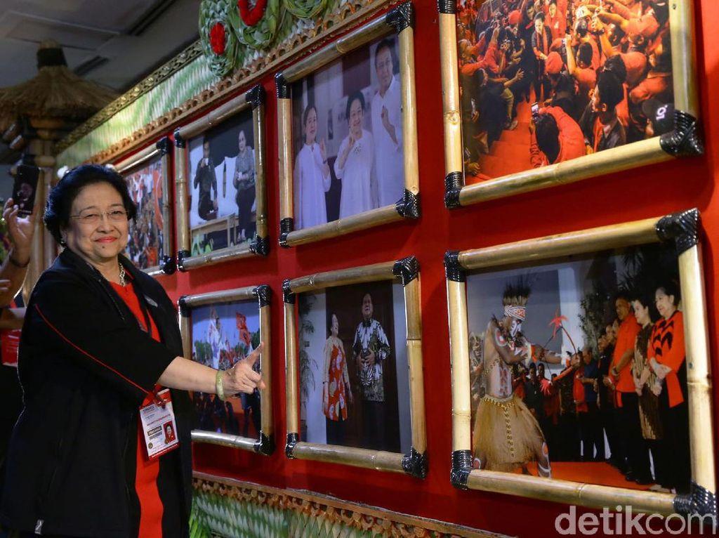 Momen Mega Semringah Lihat Foto Dirinya dan Prabowo Dipamerkan