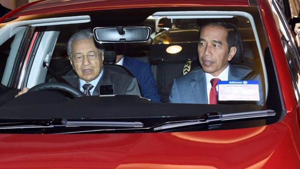 Tak Cuma Disetiri, Jokowi Juga Pernah Diajak Ngebut Mahathir Lho