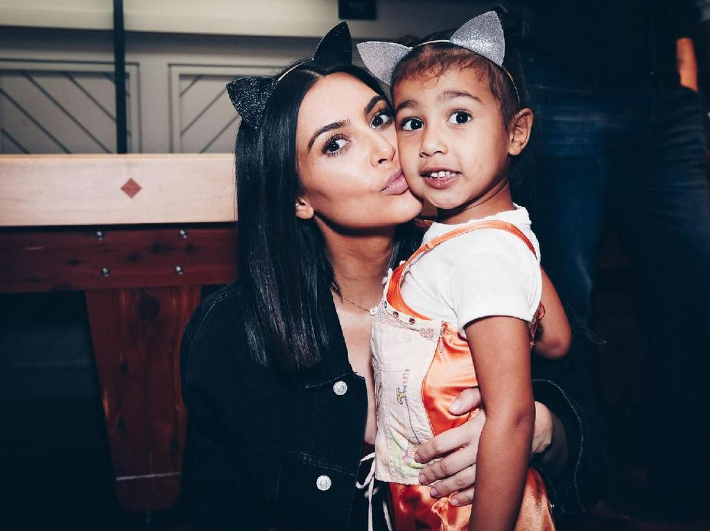 Liburan ke Jepang, Anak Kim Kardashian Pakai Tas Dior Rp 500 Juta