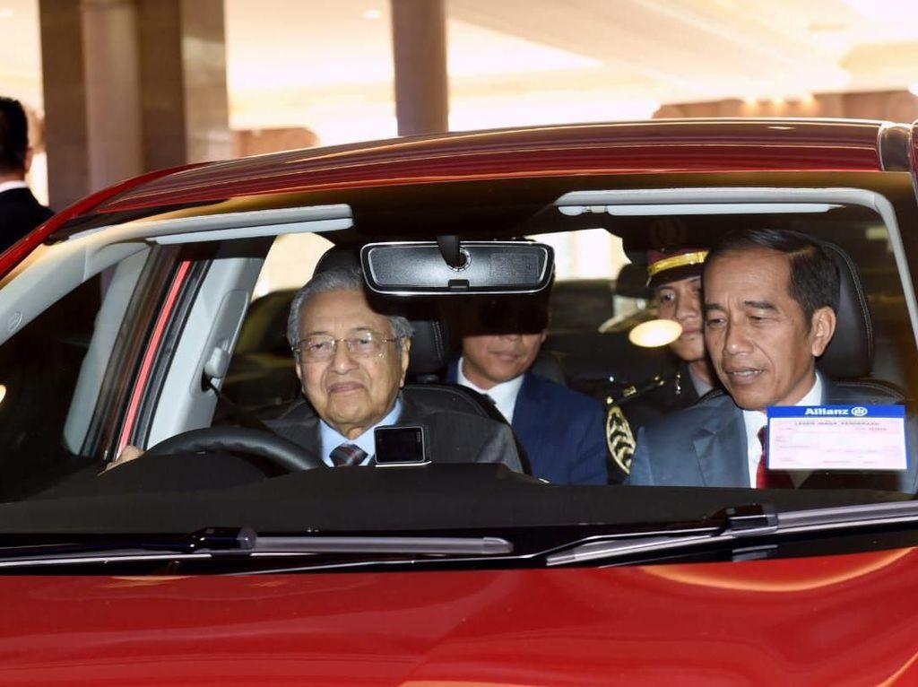 Momen Jokowi Disopiri Mahathir