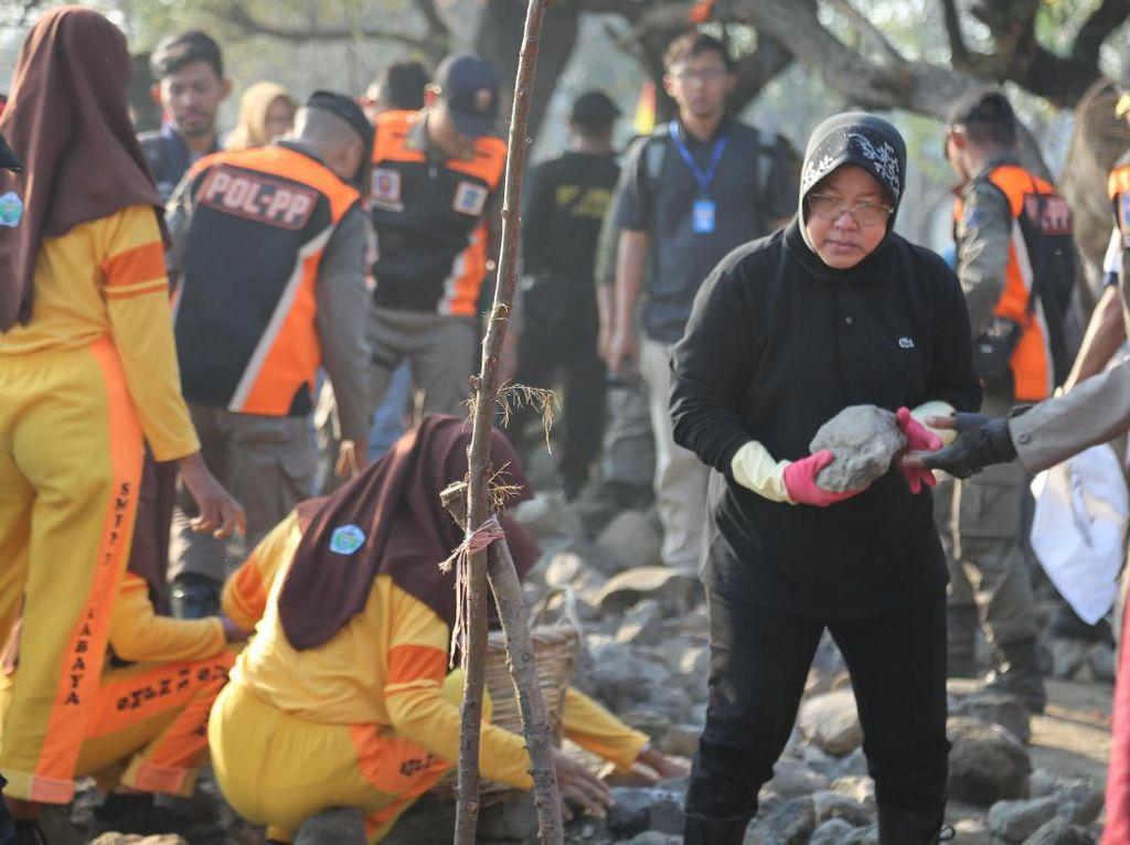 Ajak 10 Ribu Relawan, Risma Pimpin Kerja Bakti di Pesisir Suramadu