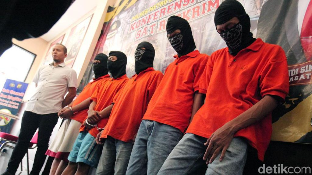 Polisi Perlihatkan 9 Tersangka Ricuh Nobar PSM-Persija