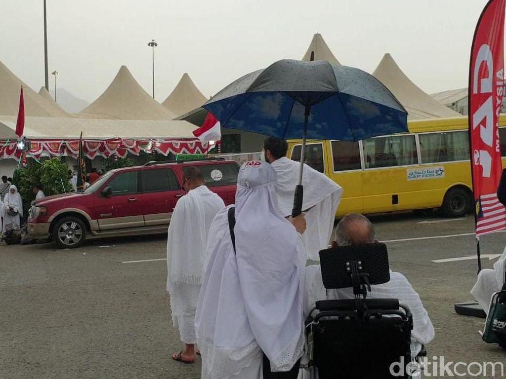 Hujan dan Angin Kencang Melanda Padang Arafah