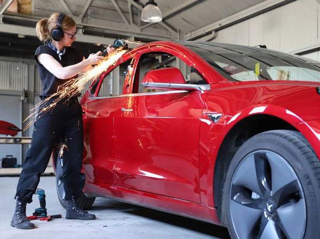 Nekat, Perempuan Ini Permak Tesla Jadi Pikap