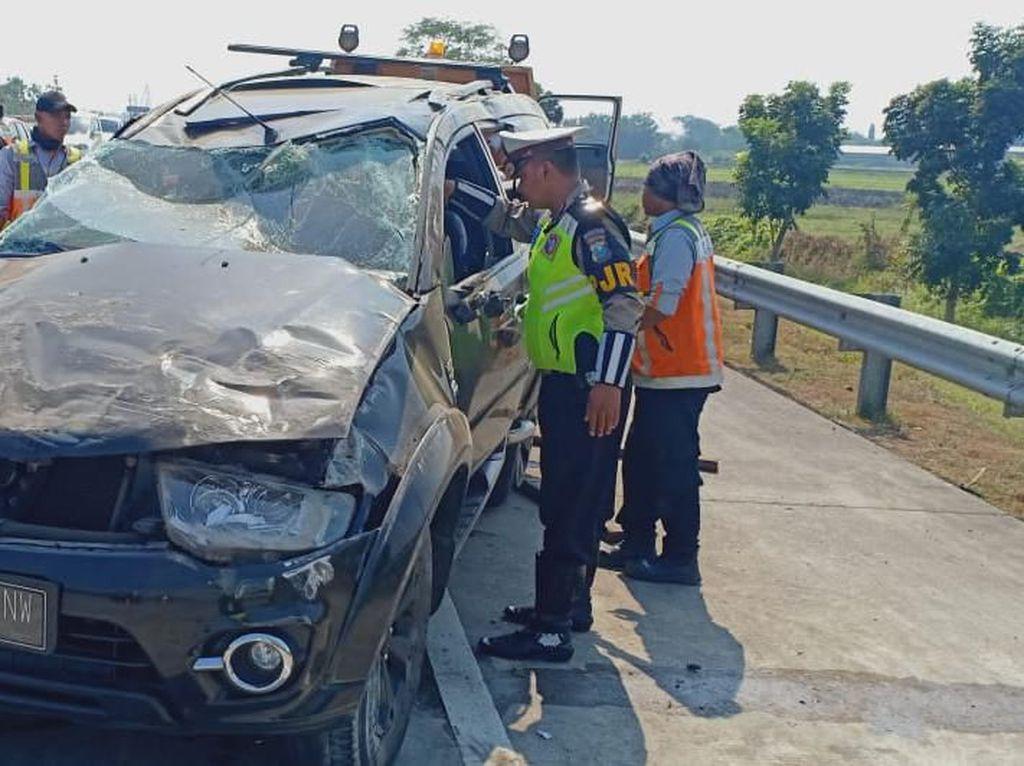 Sebuah SUV Terguling di Tol Jombang, 2 Penumpang Tewas 6 Luka-luka