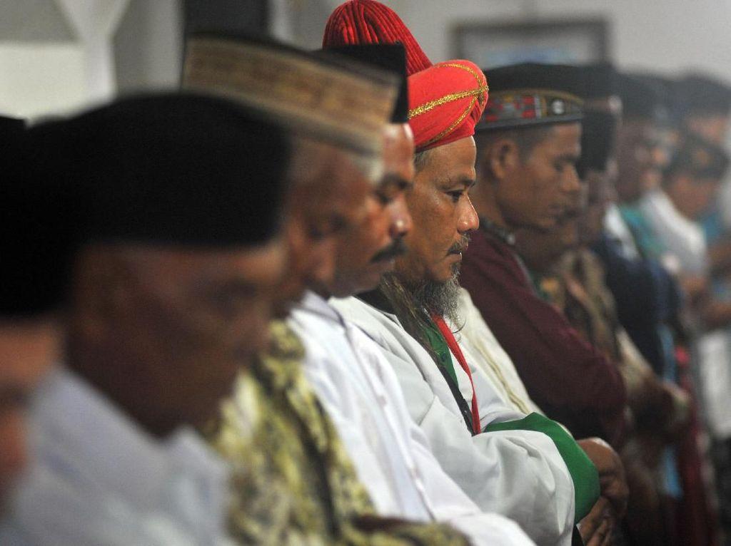 Jemaah Naqsabandiyah di Padang Gelar Salat Idul Adha Hari Ini