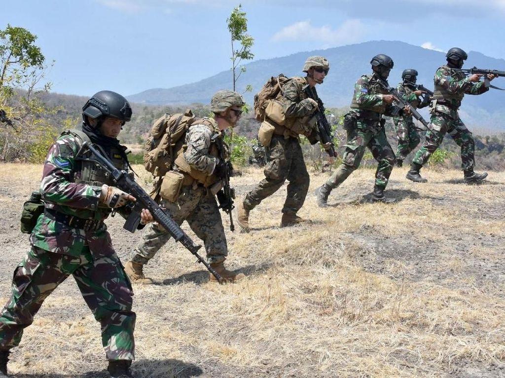 Kerjasama Bermanuver, TNI AL dan Marinir Amerika Hancurkan Musuh
