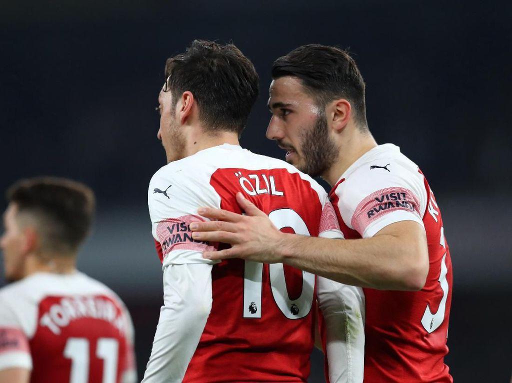 Arsenal Persembahkan Kemenangan untuk Oezil dan Kolasinac