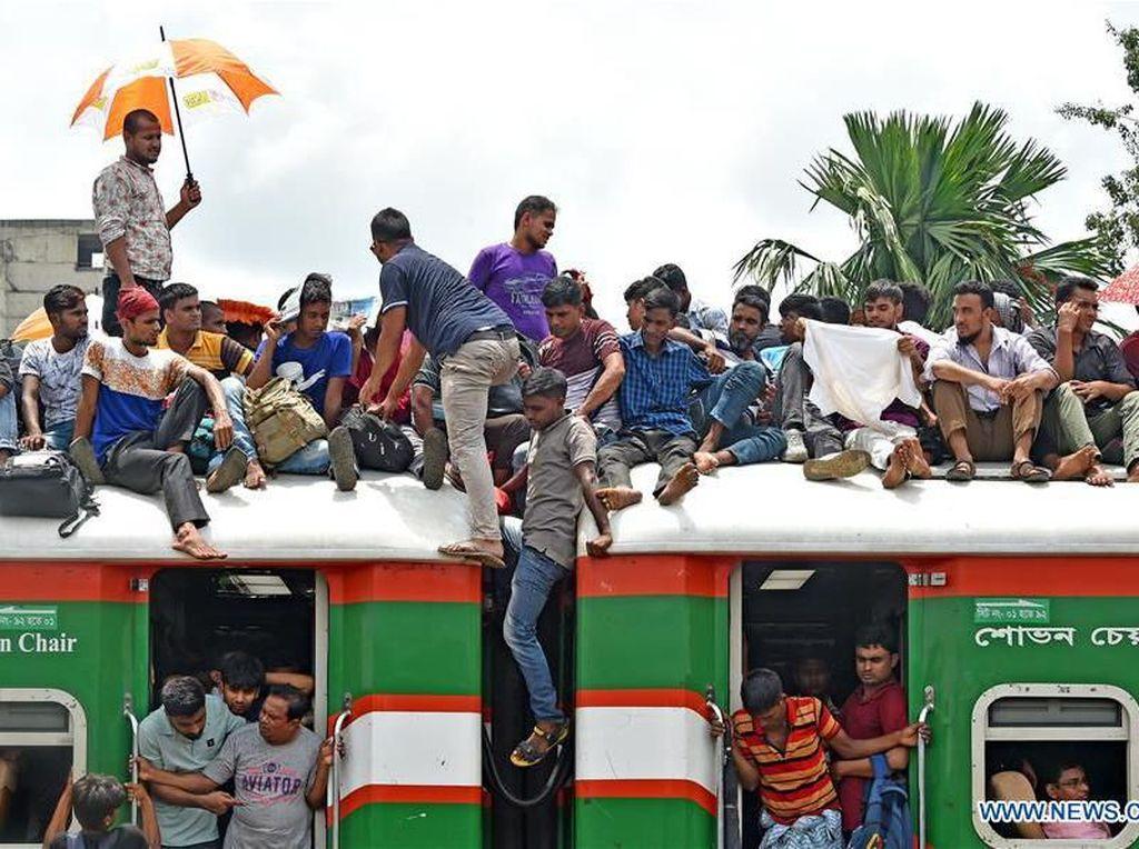 Kereta di Bangladesh Disemuti Warga saat Idul Adha