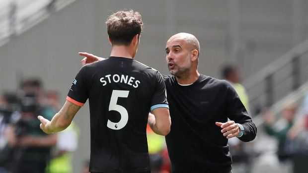 Soccer Football - Premier League - West Ham United v Manchester City - London Stadium, London, Britain - August 10, 2019  Manchester City's John Stones speaks with manager Pep Guardiola during the match  REUTERS/David Klein  EDITORIAL USE ONLY. No use with unauthorized audio, video, data, fixture lists, club/league logos or