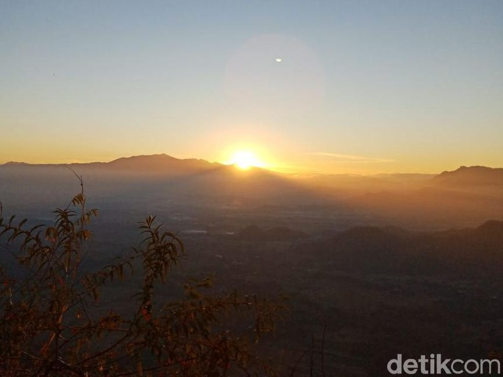 Menikmati Panorama Kota dari Bukit dan Berburu Sunrise di Ponorogo