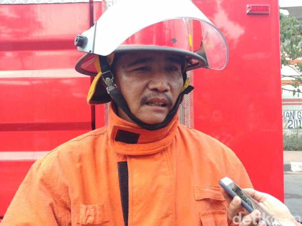 Api di Gudang Plastik Ciracas Juga Hanguskan 4 Rumah Warga
