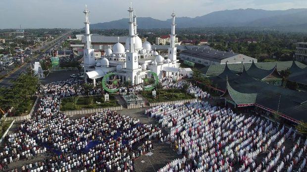 Foto udara sejumlah umat muslim melaksanakan salat Idul Adha, di pelataran parkir Masjid Baiturrahmah, Padang, Sumatera Barat, Minggu (11/8/2019).  Umat muslim di kota itui serentak melaksanakan salat Idul Adha 1440 hijriyah sesuai dengan waktu yang ditetapkan pemerintah pada Minggu 11 Agustus 2019. ANTARA FOTO/Iggoy el Fitra/hp.