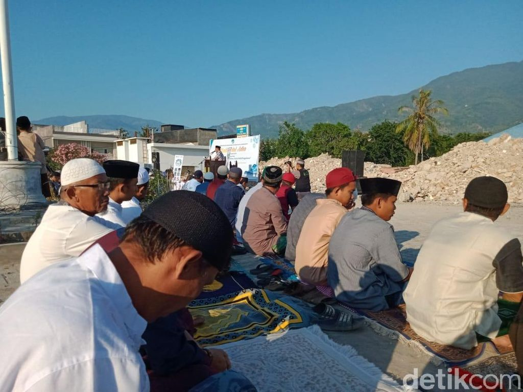 Warga Palu Manfaatkan Bekas Reruntuhan RSU Anutapura untuk Salat Idul Adha